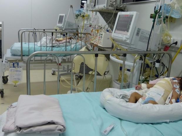Gêmeas siamesas Júlia e Fernanda têm estado grave, mas estável após cirurgia de separação, em Goiânia, Goiás (Foto: Divulgação/HMI)