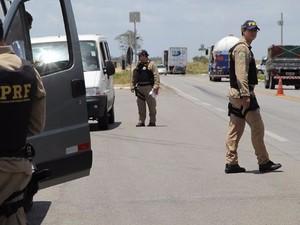 Agentes da Polícia Federal realizam ação (Foto: Ascom/PRF)