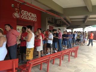 Colorados formam fila no Gigantinho para garantir presença  (Foto: Paula Menezes / GLOBOESPORTE.COM)