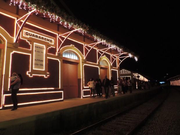 Estação ferroviária de Guararema toda iluminada (Foto: Carolina Paes/G1)