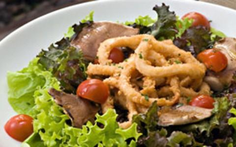 Rúcula, shitake, lula e alface: receita da salada caladore