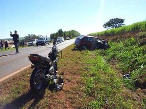 Motociclista foi atingido pelo carro e morreu no local (Foto: Giliardy Freitas/ TV TEM)