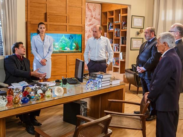 Marcos mostra vídeo para os diretores (Foto: Artur Meninea/Gshow)