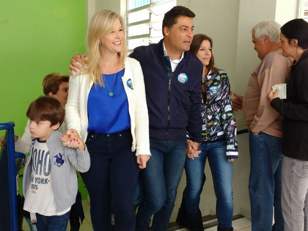 Marcelo Rangel (PPS) foi votar com a família (Foto: Viviane Mallmann/RPC)