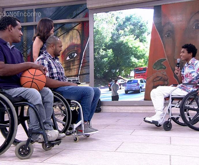 Juan mostra no palco do 'Encontro' como está se adaptando ao persoangem  (Foto: TV Globo)