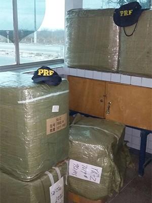 Carregamento de mais de seis mil óculos sem nota fiscal foi apreendido no posto da PRF em Mossoró, na região Oeste do RN (Foto: Divulgação/PRF)