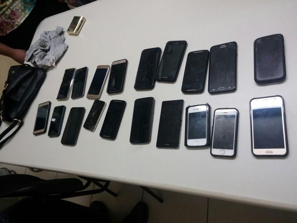 Adolescente foi flagrada com  celulares furtados durante show (Foto: Divulgação/Polícia Militar)