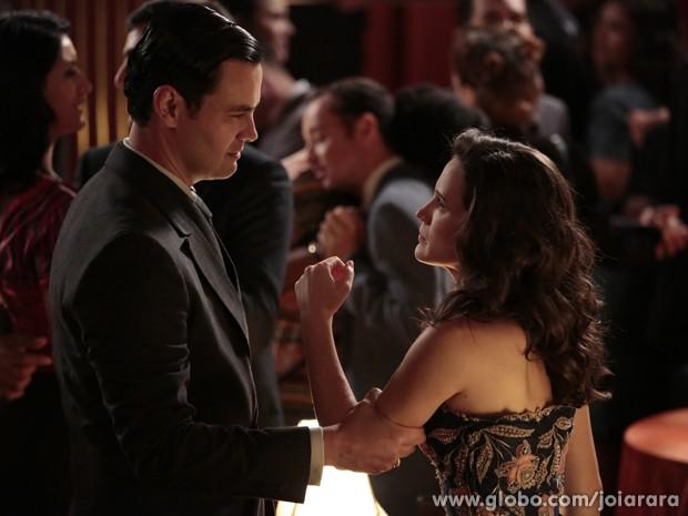 Mesmo depois de levar fora, Manfred insiste e pede mais uma dança a Amélia (Foto: Felipe Monteiro / Tv Globo)