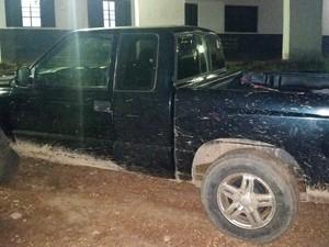 Polícia localizou camioneta roubada pelo suposto comparsa da vítima (Foto: Toni Francis/G1)