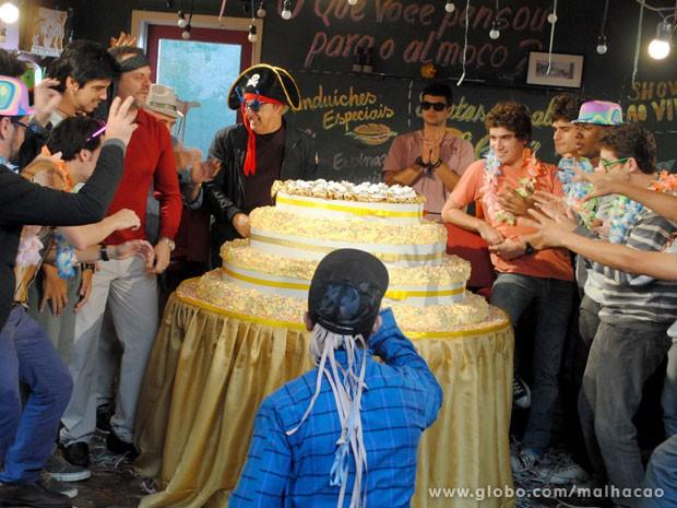 """E a galera na expectativa da """"surpresa"""" do bolo... (Foto: Malhação/ TV Globo)"""