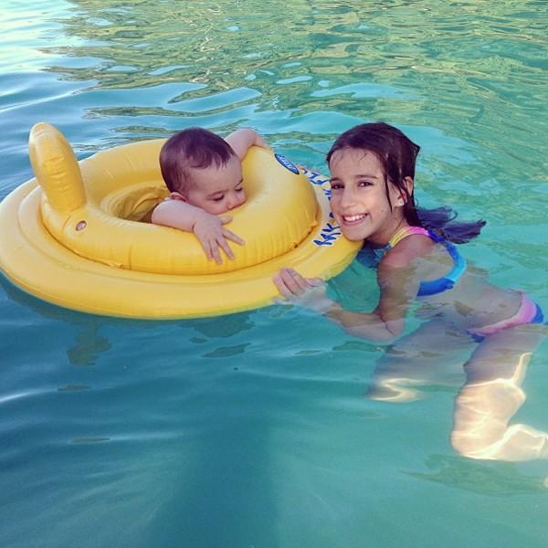 Clara, 8 anos, brinca com a irmã Helena, 6 meses (Foto: Reprodução / Instagram)