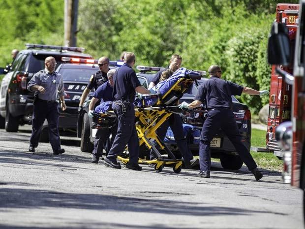 Bombeiros colocam vítima de esfaqueamento em ambulância na cidade de Waukesha, Estados Unidos, no último sábado (31)  (Foto: AP Photo/Abe Van Dyke)