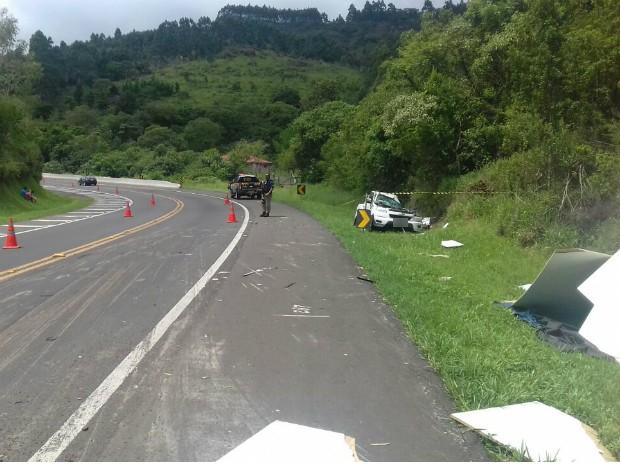 As duas vítimas fatais e dois feridos graves estavam na caminhonete (Foto: Divulgação/Polícia Rodoviária Federal)