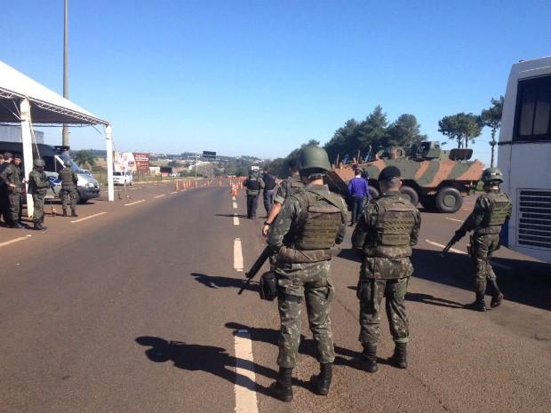 No Paraná, uma das barreiras está montada na praça de pedágio da BR-277 em São Miguel do Iguaçu (Foto: Erikson Rezende / RPC)
