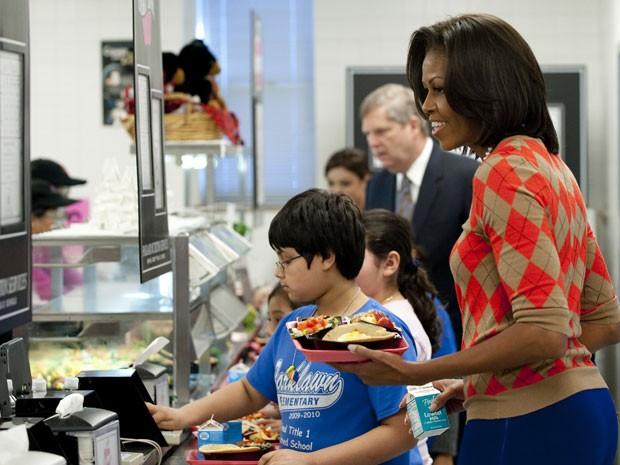 Michelle Obama, primeira-dama dos EUA, monta um prato saudável em visita à cantina de uma escola no estado da Virgínia (Foto: AFP Photo/Saul Loeb)