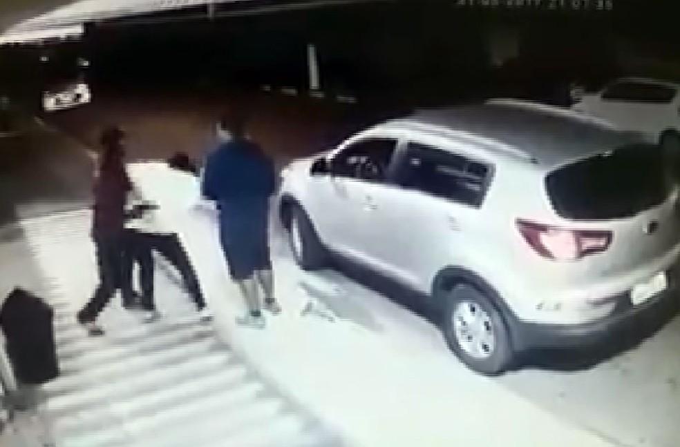 Mulher é agredida por dois homens em Sumaré (Foto: Reprodução EPTV)