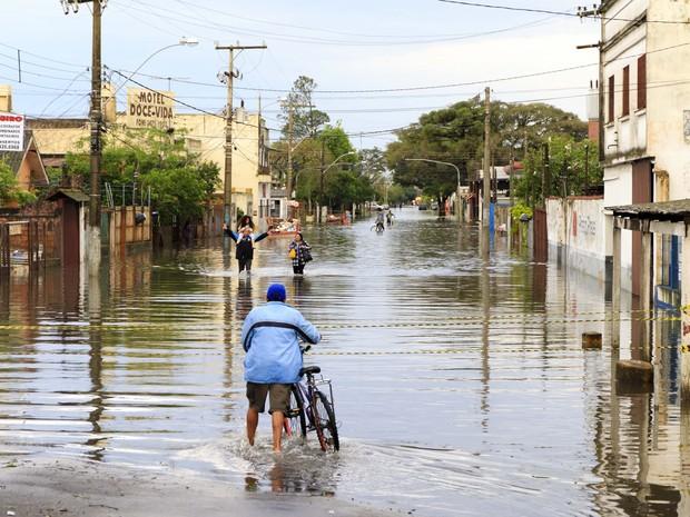 Danos causados pelo temporal na cidade de Canoas (RS) são vistos na tarde desta quinta-feira (Foto: JEFERSON GUAREZE/FUTURA PRESS/ESTADÃO CONTEÚDO)