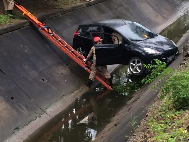 Carro bateu em mureta de proteção e caiu em um canal de Campina Grande (Foto: Laisa Grisi / TV Paraíba)