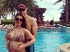 Sheila Mello exibe barrigão em tarde de piscina com Fernando Scherer