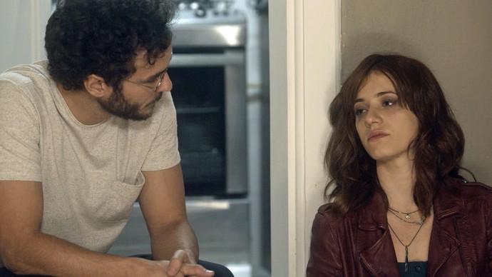 Elio descobre que Ana Luiza dormiu na porta de sua casa (Foto: TV Globo)
