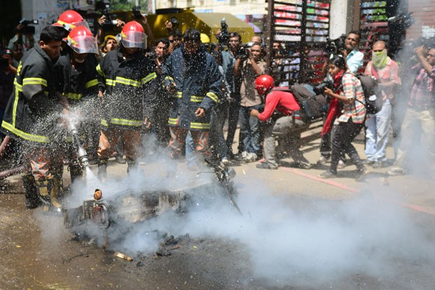 Quarenta ativistas islâmicos foram detidos por tentar de levantar uma barricada em uma das principais avenidas de Daca. (Foto: Munir Uz Zaman/AFP)