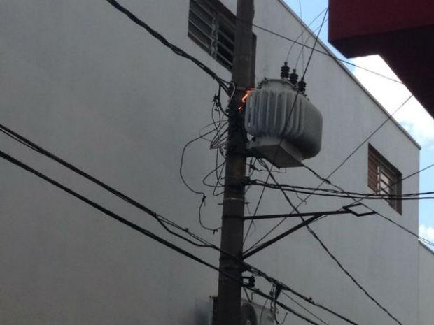 Transformador da rua General Glicério pega fogo nesta quinta-feira (6) (Foto: TEM Você/Lucas de Paiva Leite)