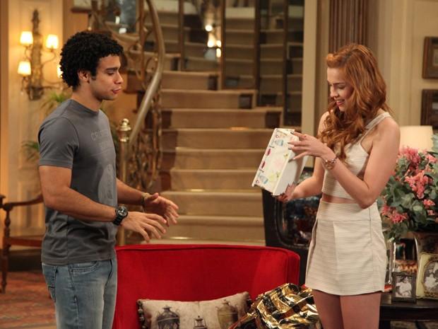 Emerson presenteia Gaby com uma caixinha feita por ele (Foto: Carol Caminha / Gshow)
