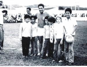 Chileno, Márcio, Tulio, Caporalli, Beraldinho e Alfredo posaram com Garrincha (Foto: Tirreno Da San Biagio / Arquivo pessoal)