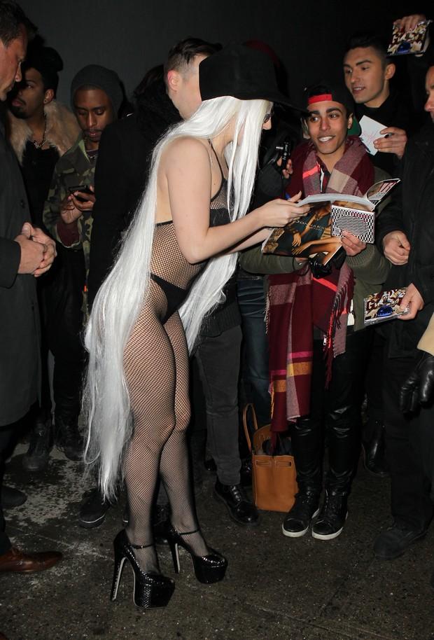 X17 - Lady Gaga atende fãs em Nova York, nos Estados Unidos (Foto: X17online/ Agência)