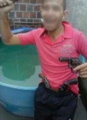 Jovem publicou foto com armas em uma página da internet (Foto: Reprodução/ TV Asa Branca)