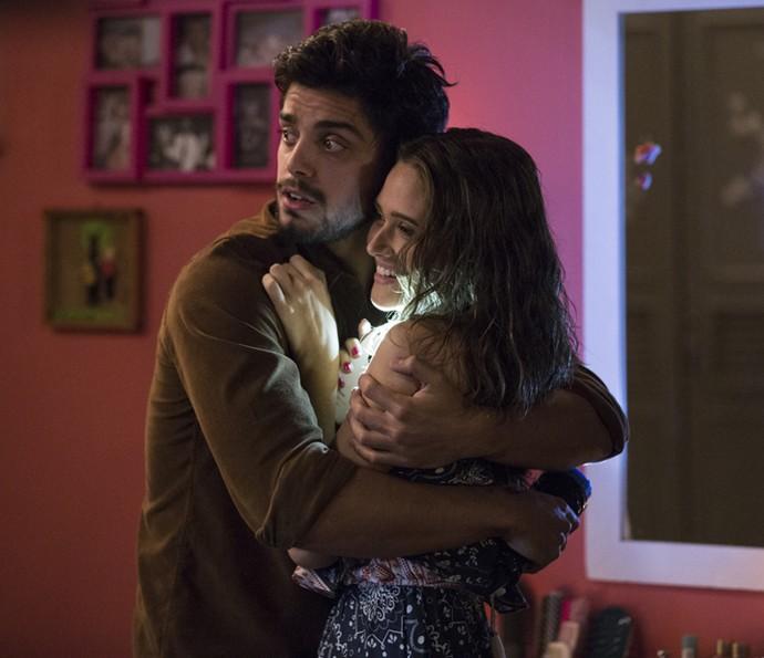 Juliana Paiva se diverte ao lado de Rodrigo Simas, participação especial do episódio 'Ai que meda' (Foto: Ellen Soares/Gshow)