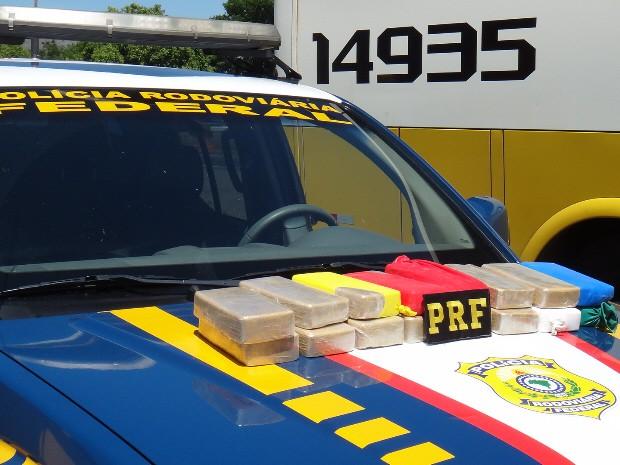 Tijolos de pasta base de cocaína apreendidos pela Polícia Rodoviária Federal, em Vargem. (Foto: Divulgação/PRF)