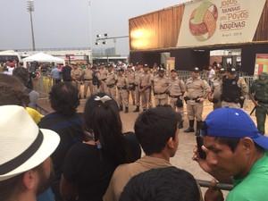 Policiais reforçam a entrada para a arena dos jogos (Foto: Fábio Madeira/TV Anhanguera)