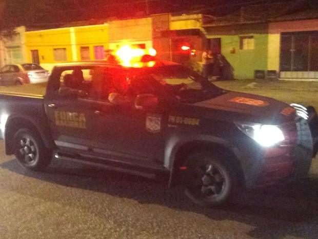 Carros da Força Nacional chegaram na noite desta segunda (12) a Natal (Foto: Kleber Teixeira/Inter TV Cabugi)