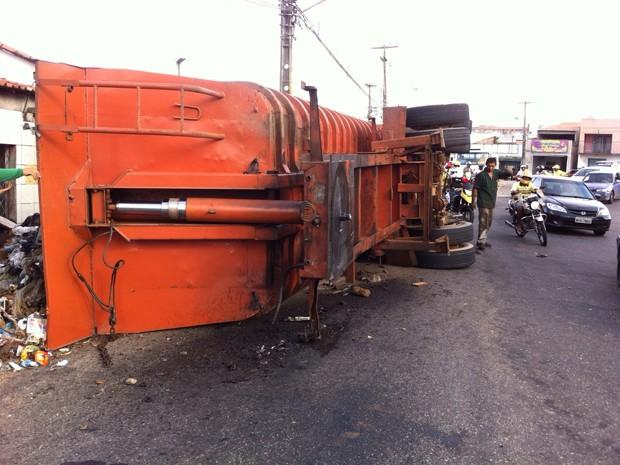 Caminhão de lixo tombado (Foto: Carlos Eugênio/STTU)