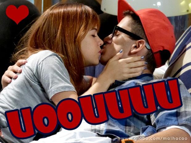 A temperatura subiu!!! Que beijo, hein glr (Foto: Malhação / TV Globo)