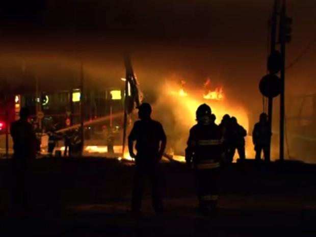 Acidente entre caminhões causa fogo e fecha Avenida Bandeirantes, em São Paulo (Foto: Marcelo Aparecido/TV Globo)