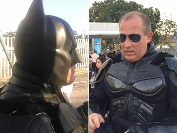 Roberto Ruivo teve que tirar a máscara de Batman para entrar no festival (Foto: Lívia Torres/G1)