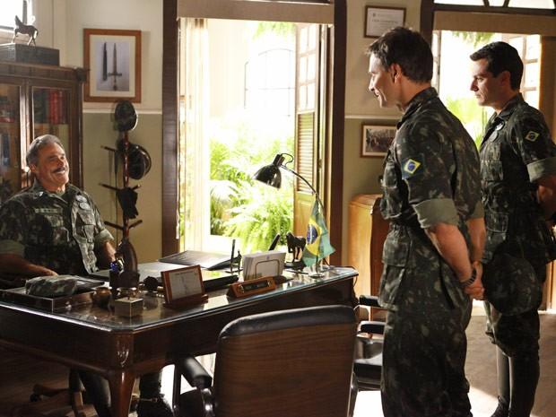 Elcio é só sorrisos com o Coronel Nunes... (Foto: Salve Jorge/TV Globo)
