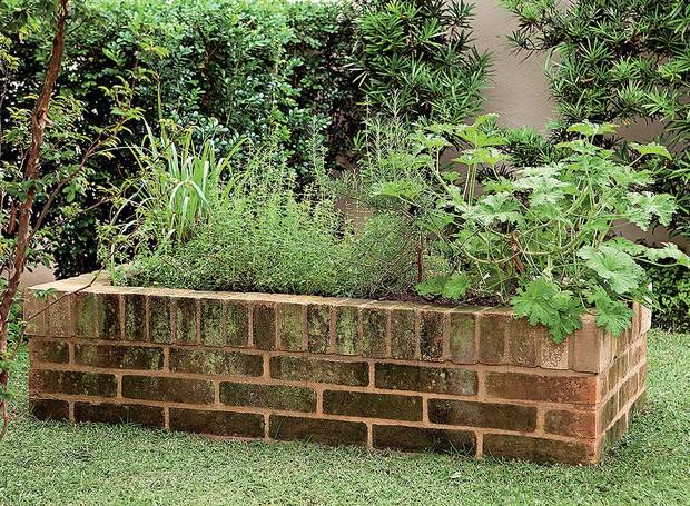 O canteiro de tijolos atende ao pedido da moradora, que queria uma horta no jardim com 40 cm de altura -o que facilita no manuseio dos temperos (Foto: Edu Castello/Editora Globo)