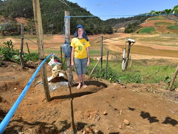 Lindinez Brum, agricultora e dona de casa mostra os poços abertos próximo ao leito do Rio Santa Maria no trecho do Distrito de Recreio para abastecer a sua casa e a de seus familiares (Foto: Marcelo Prest/ A Gazeta)