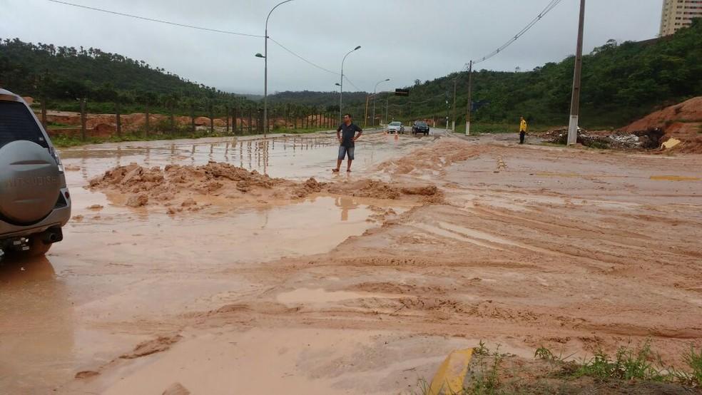 Terra deslizou e tomou parte da Avenida Pierre Chalita, em Maceió (Foto: Abidias Martins/Tv Gazeta)