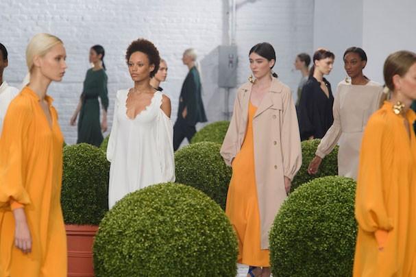 Amarelo, camisa desconstruída, recortes e mais nas tendências da semana de moda de Nova York (Foto: Imaxtree)