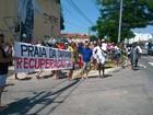 Manifestantes pedem ações sobre o avanço do mar em Rio das Ostras, RJ