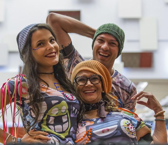 Emilly, Ieda e Luiz Felipe juntinhos antes da festa começar (Foto: Artur Meninea/Gshow)