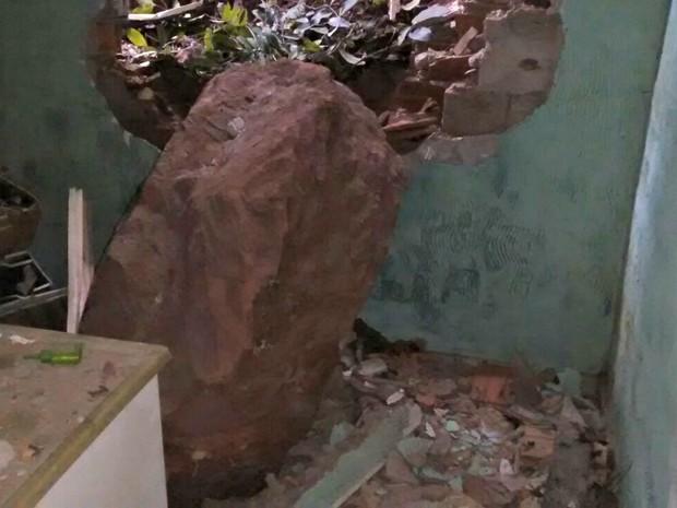 Rocha invadiu cozinha de moradora, mas ninguém ficou ferido (Foto: Major Raine Souza/Corpo de Bombeiros)
