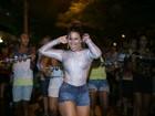 Viviane Araújo usa look sensual em noite de samba no Rio