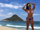 Aline Riscado exibe corpo escultural em dia de praia e ganha elogios