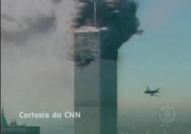 11 de setembro. As torres do World Trade Center, em NY, desabam depois de ser atingidas. Sete minutos depois do choque do primeiro avião com a Torre Norte, a emissora põe no ar as imagens da tragédia (Foto: Frame de Vídeo/ TV Globo)