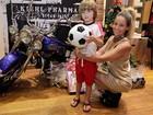 Danielle Winits leva Noah para escolher presentes de Natal